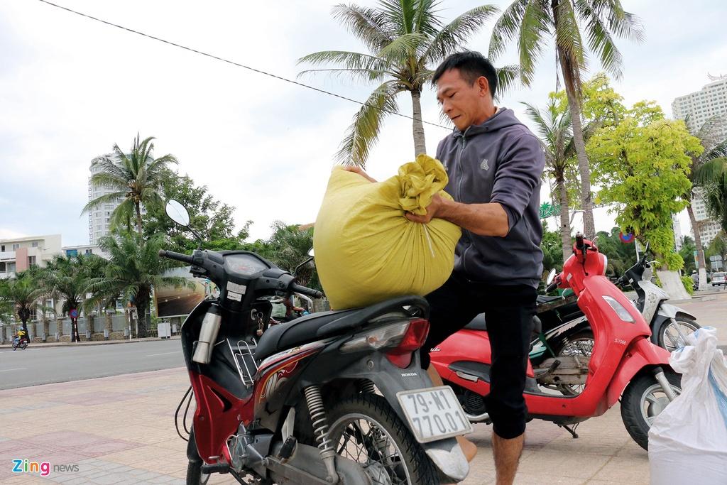 Dan Nha Trang ra bien xuc cat ve chong bao hinh anh 4