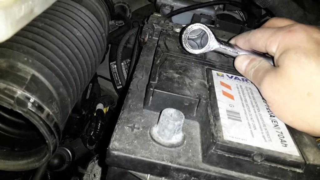 Peugeot 5008 phiên bản châu Âu sử dụng ắc quy của hãng Varta. Ảnh: Marko.