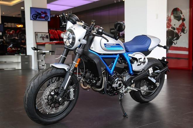 Ducati Scrambler Cafe Racer va Triumph Thruxton, 'cafe' nao dac hon? hinh anh 1