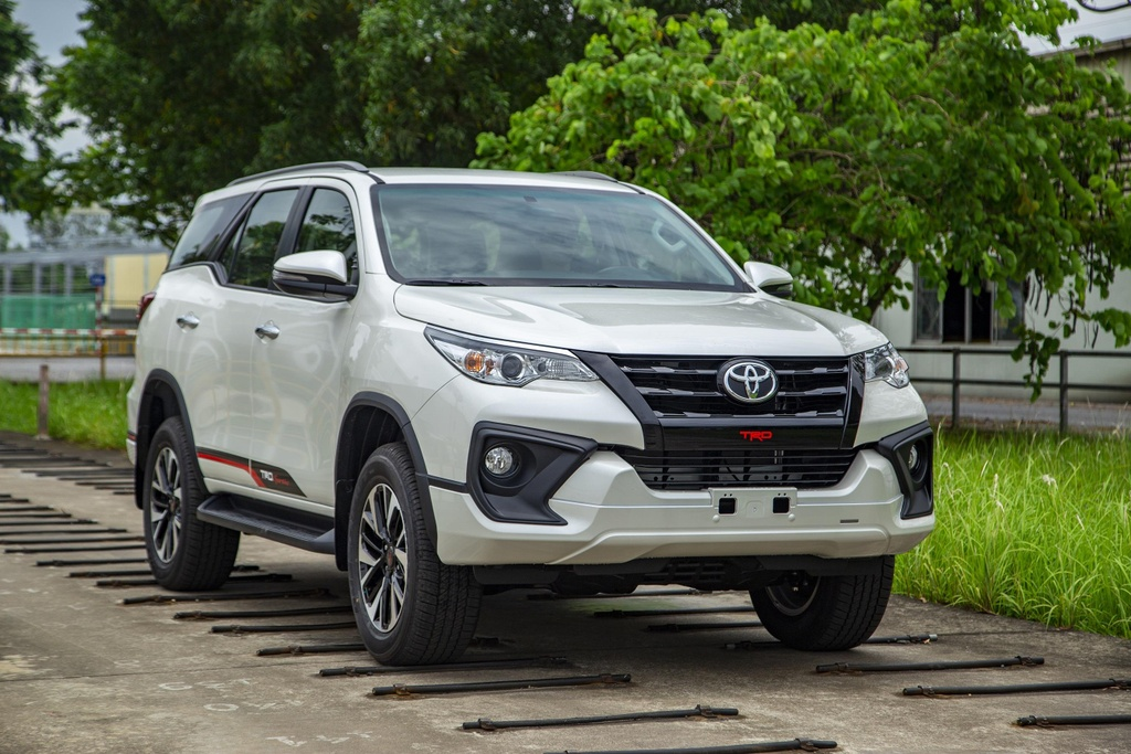 Toyota Fortuner co phien ban moi, Hilux giam gia 33 trieu dong hinh anh 2