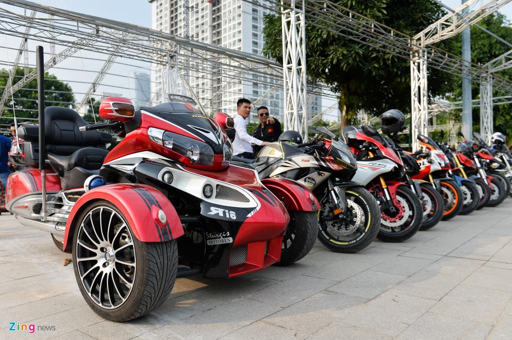 Dan xe moto khung hang tram chiec tu hop tai Ha Noi hinh anh 12
