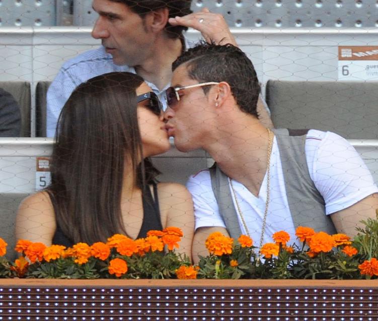 Dan ca si, nguoi mau om han khi yeu Ronaldo va cac sao bong da hinh anh 1