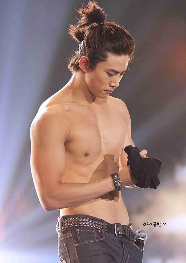 10 nam than tuong cham chi khoe co bung 6 mui tren san khau hinh anh 3 nhung_man_khoe_co_bung_6_mui_cua_my_nam_han_khien_fan_me_met_280f1a.jpg
