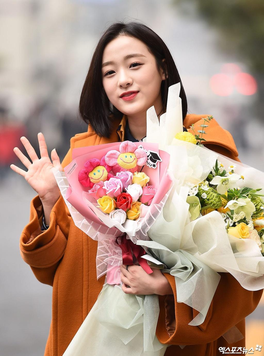 My nhan IZ*ONE lan at dan idol trong le tot nghiep hinh anh 10 APRIL_Jinsol_XPN.jpg