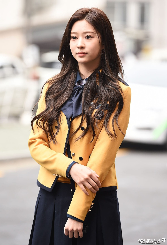 My nhan IZ*ONE lan at dan idol trong le tot nghiep hinh anh 3 Kim_Min_Ju_3_XPN.jpg