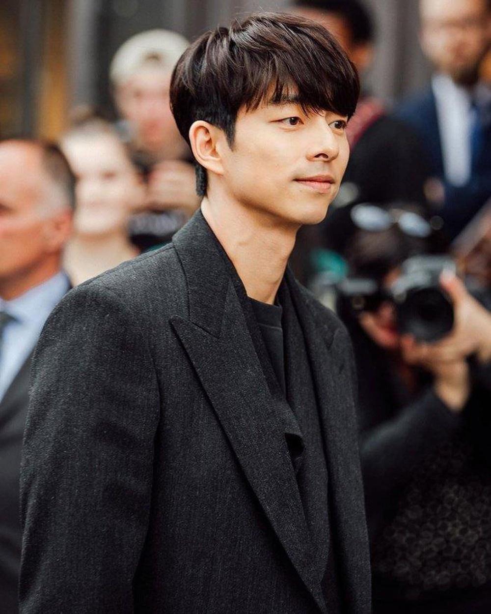 """Ở tuổi 40, Gong Yoo vẫn được mệnh danh là """"quý ông vạn người mê"""" của Kbiz. Ngoại hình ngày càng nam tính và sự nghiệp đạt đến đỉnh cao khiến anh trở thành cái tên luôn có sức hút mạnh mẽ với truyền thông và công chúng. Bên cạnh đó, nam tài tử còn được mệnh danh là một trong """"bốn chàng độc thân hoàng kim"""" của showbiz Hàn bởi chưa từng công khai hẹn hò với bất kỳ mỹ nhân nào."""