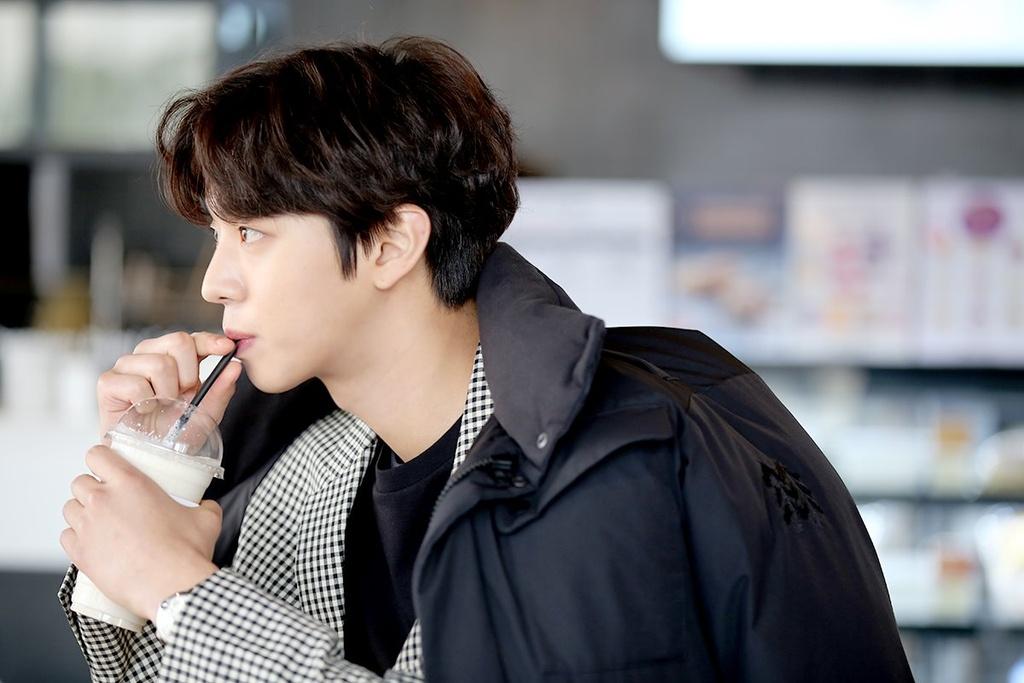 Không chỉ như thế, Ahn Hyo Seop còn thân hình đáng ngưỡng mộ với chiều cao 1,87 m. Mặc dù chỉ mới nổi tiếng trong khoảng một năm trở lại đây song sao nam đã chứng tỏ sức cạnh tranh không hề thua kém các diễn viên nổi tiếng cùng thời khi ngày càng thu nhận lượng khán giả hâm mộ đông đảo, đặc biệt là fan nữ.