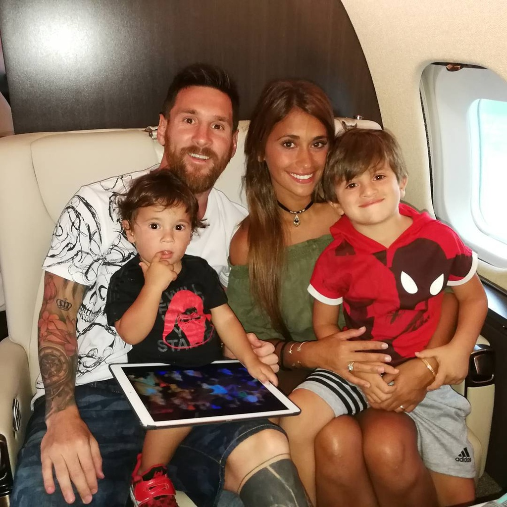 Khac Ronaldo, Messi luon ben gia dinh trong cac chuyen du lich hinh anh 4