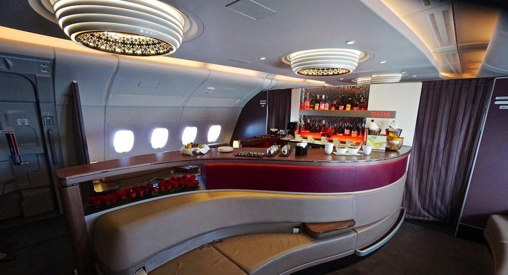 6 quầy bar sang trọng trên phi cơ của các hãng hàng không cao cấp - Ảnh 1