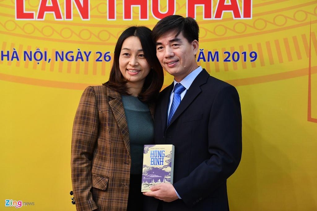 Nha van Dang Ngoc Hung: 'Hung binh' la mon qua toi danh tang Hoang Sa hinh anh 2 sach_zing_10_.jpg
