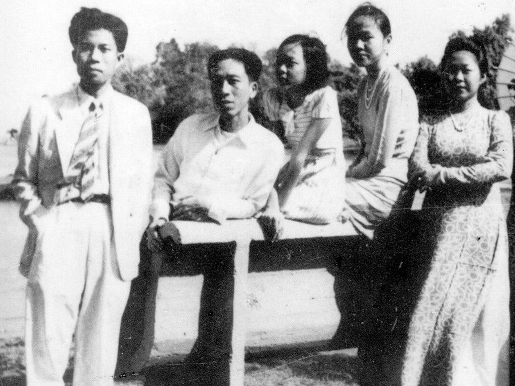 Nhà thơ Nguyễn Bính (thứ 2 từ trái qua) và các bạn. Ảnh: Dantri.com.