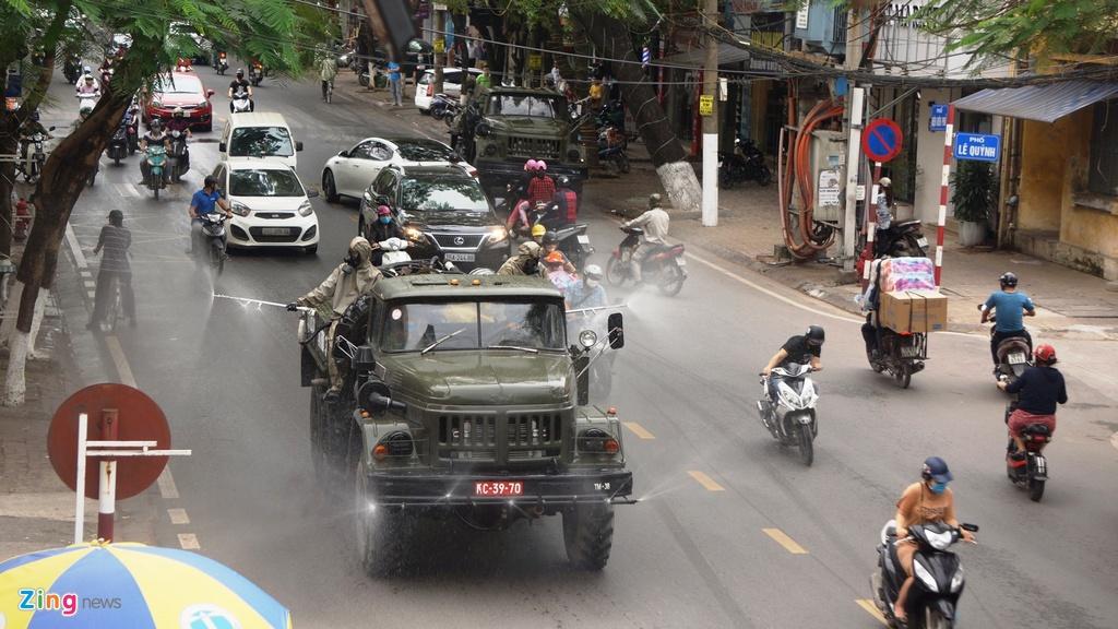 Quân đội khử trùng đường phố Hải Phòng