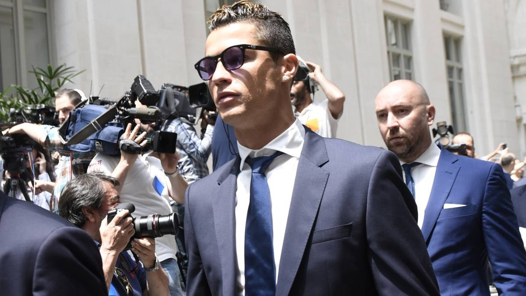 Messi tron thue,  Ronaldo,  Messi vs Ronaldo anh 5