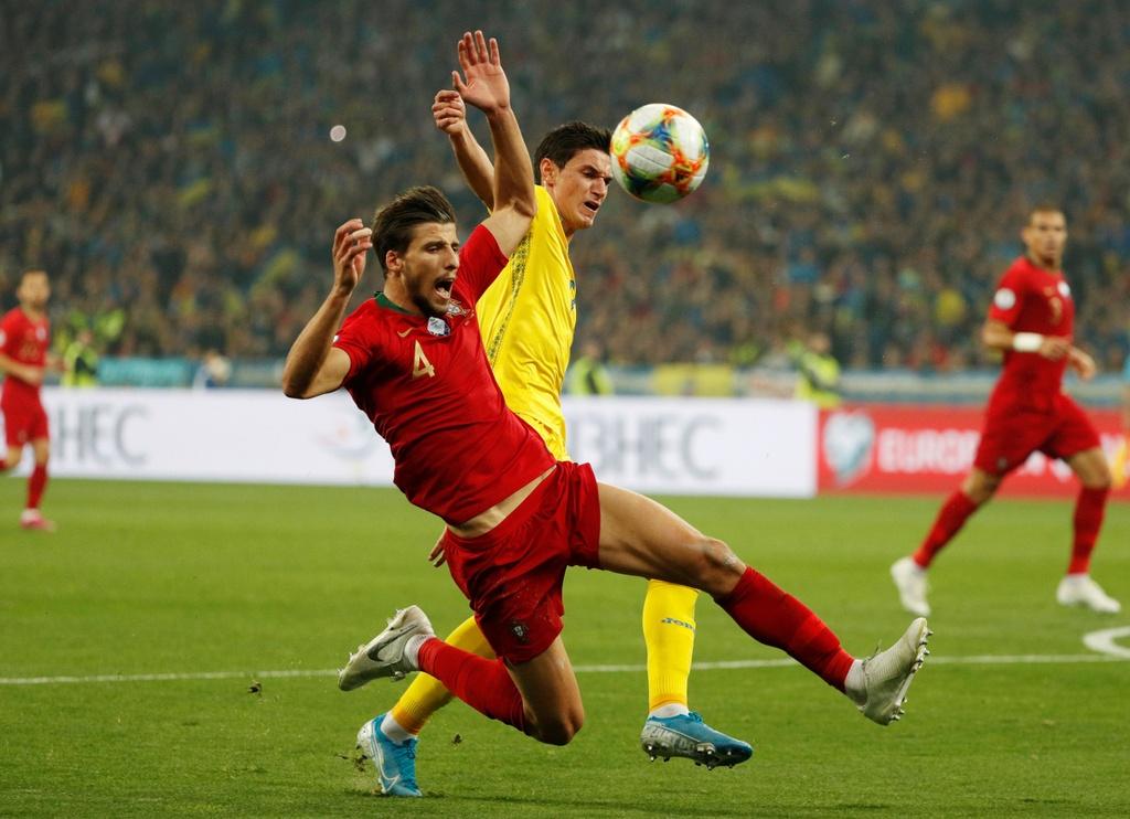 Ronaldo ghi ban thu 700, Bo Dao Nha van thua o VL Euro 2020 hinh anh 4