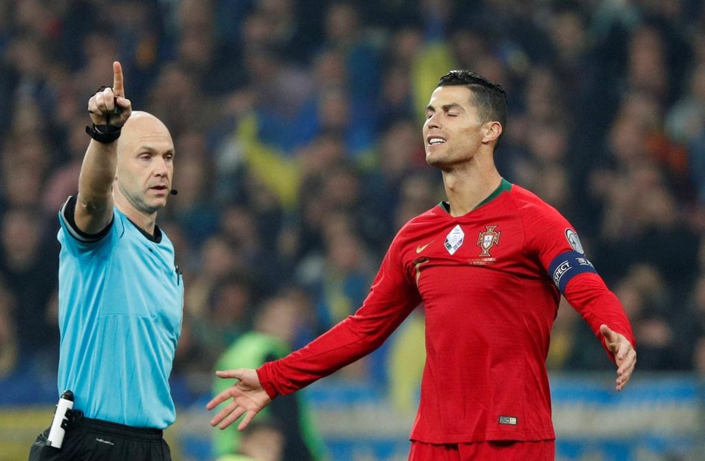 Ronaldo ghi ban thu 700, Bo Dao Nha van thua o VL Euro 2020 hinh anh 6