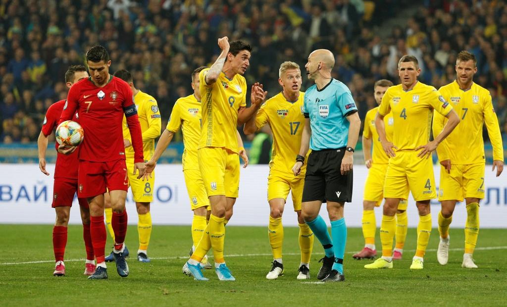 Ronaldo ghi ban thu 700, Bo Dao Nha van thua o VL Euro 2020 hinh anh 7