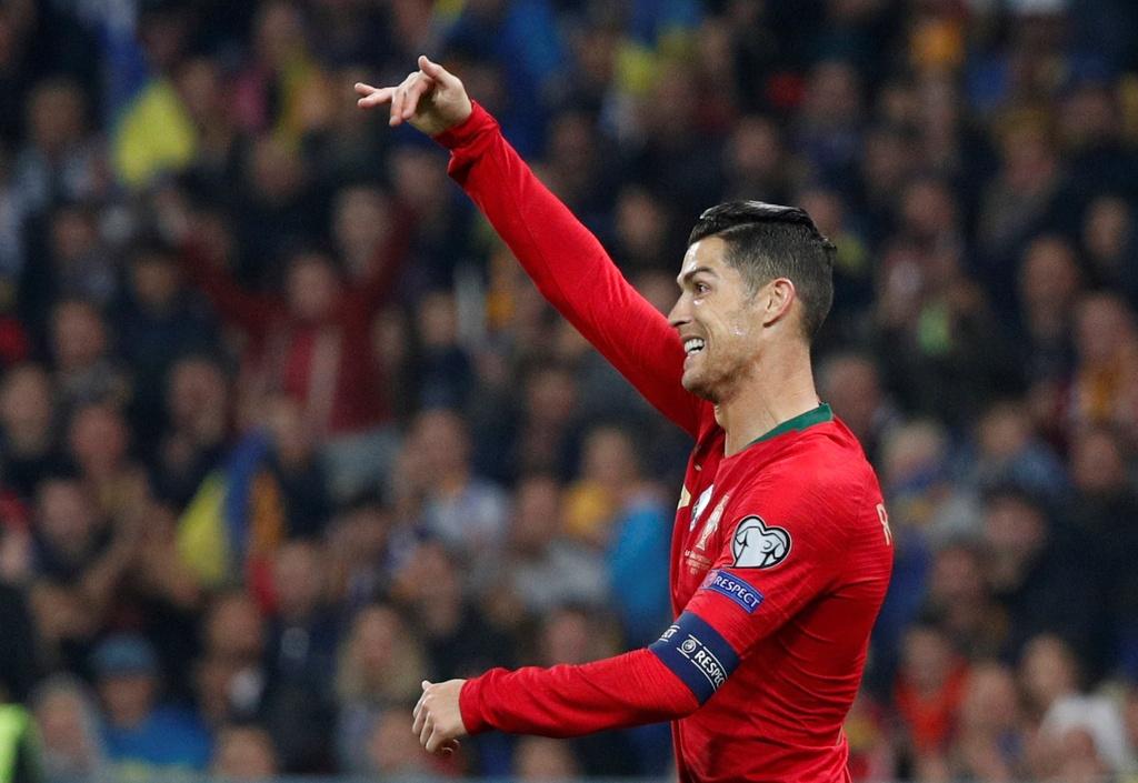 Ronaldo ghi ban thu 700, Bo Dao Nha van thua o VL Euro 2020 hinh anh 12