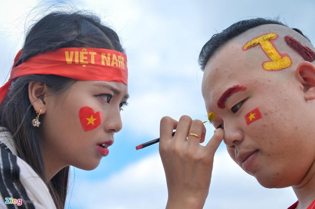 Các CĐV nữ phấn khích ăn mừng chiến thắng của tuyển Việt Nam
