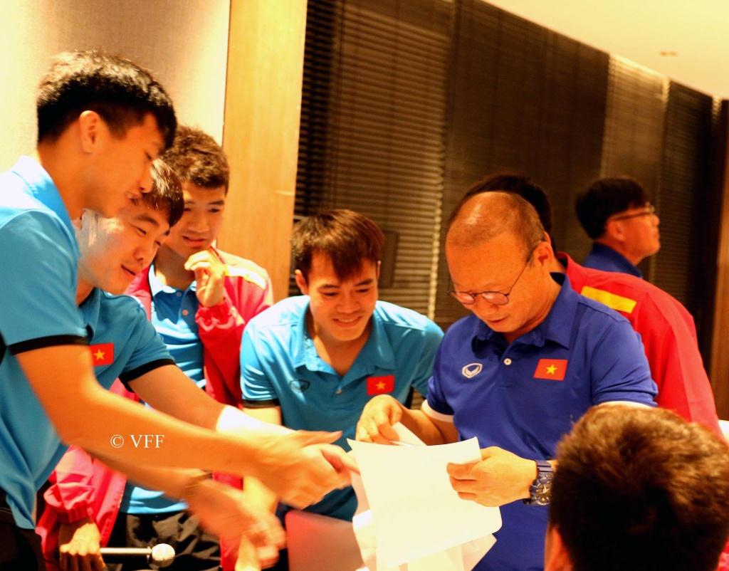 AFF CUP 2018: Tuyển thủ Việt Nam vẽ tranh tặng HLV Park Hang