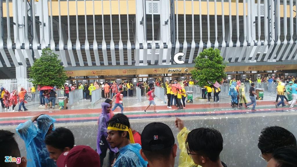 Hang nghin CDV Malaysia dung chat kin ngoai san, bat ngo gap mua lon hinh anh 5