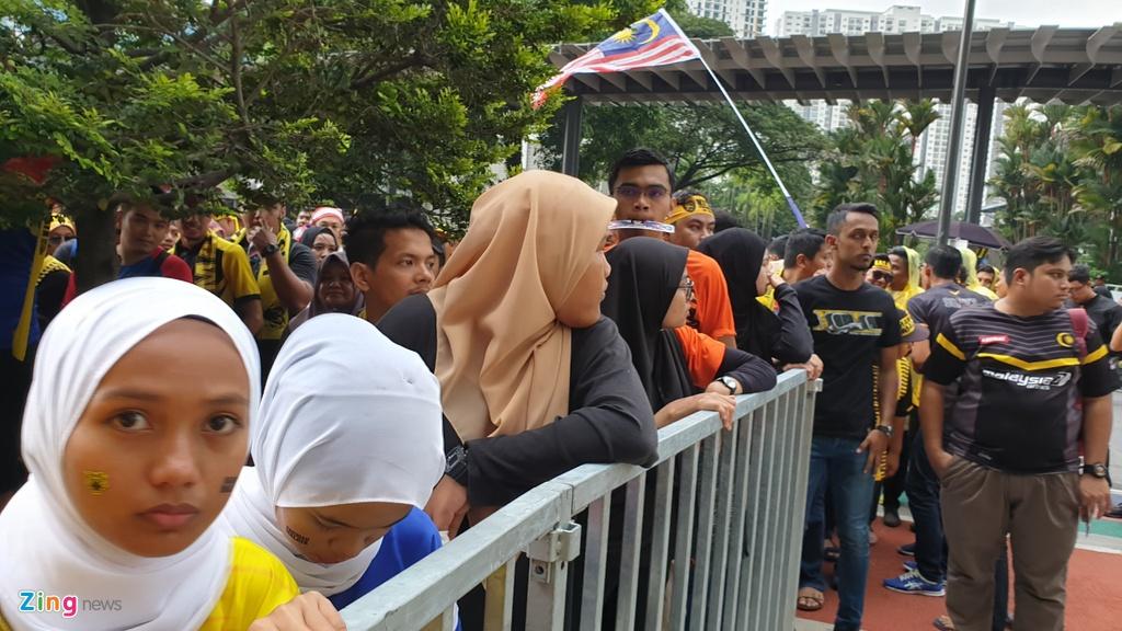 Hang nghin CDV Malaysia dung chat kin ngoai san, bat ngo gap mua lon hinh anh 4