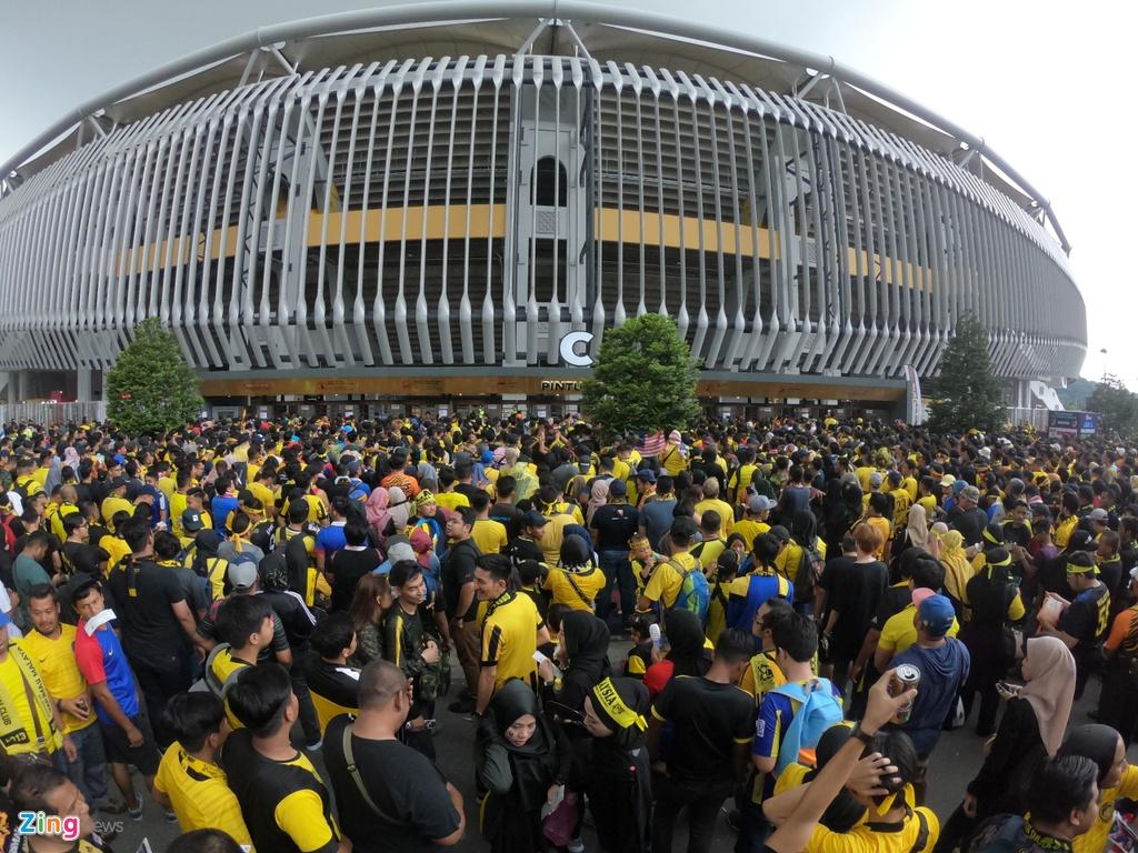 Hang nghin CDV Malaysia dung chat kin ngoai san, bat ngo gap mua lon hinh anh 1