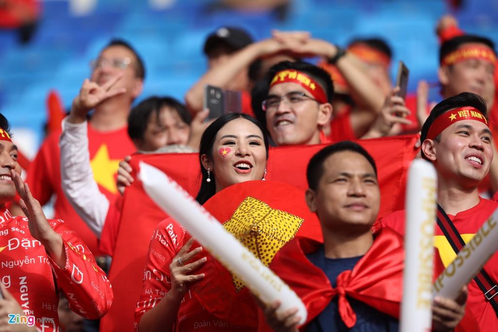 Hoa hau Ngoc Han dien ao dai doc dao co vu cho tuyen Viet Nam hinh anh 1