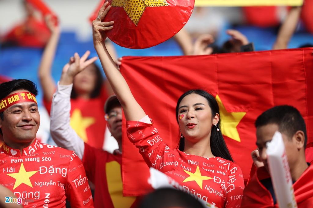 Hoa hau Ngoc Han dien ao dai doc dao co vu cho tuyen Viet Nam hinh anh 2