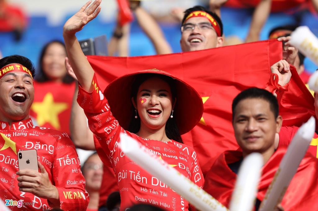 Hoa hau Ngoc Han dien ao dai doc dao co vu cho tuyen Viet Nam hinh anh 3