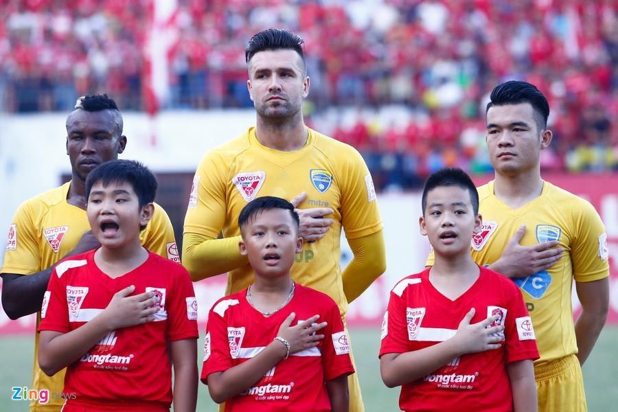 Van Bakel ke tren bao Ha Lan chuyen bi 'hanh xac' o V.League hinh anh 1