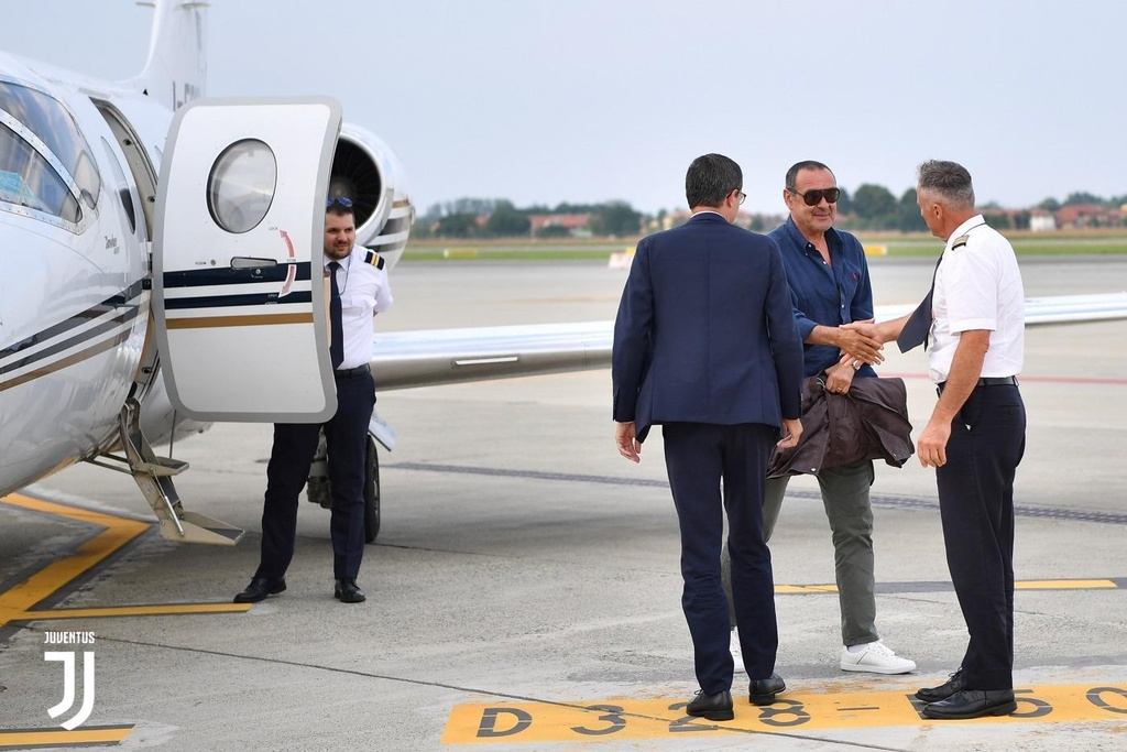 HLV Sarri di may bay den nhan viec o Juventus hinh anh 4
