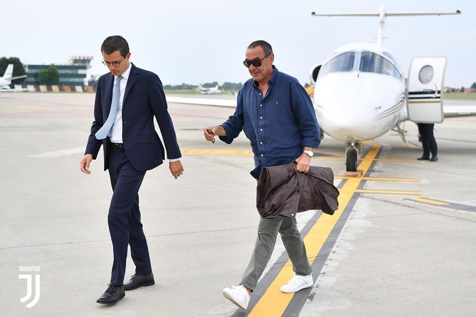 HLV Sarri di may bay den nhan viec o Juventus hinh anh 3