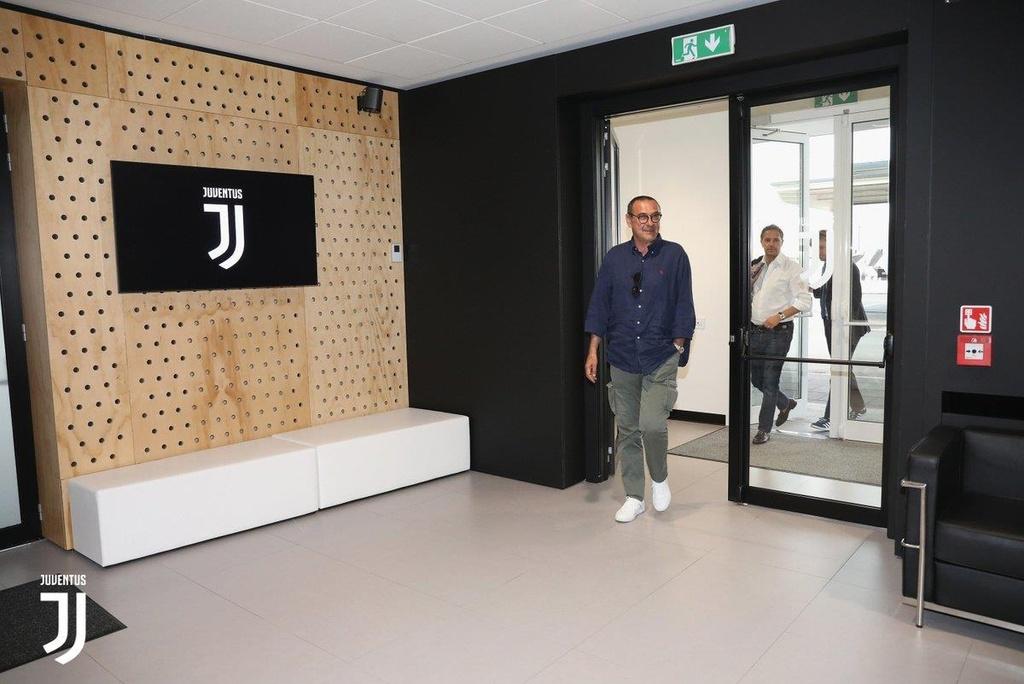 HLV Sarri di may bay den nhan viec o Juventus hinh anh 7