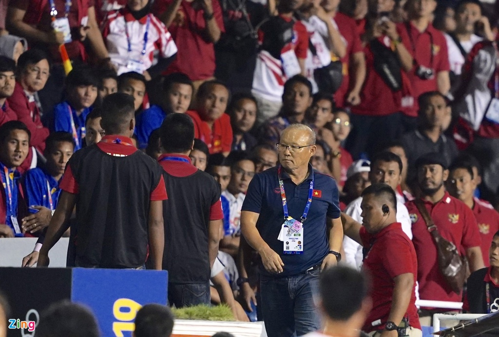 HLV Park nhan the do trong tran chung ket voi Indonesia hinh anh 6