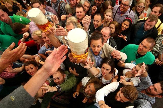 Munich tung bung trong le hoi bia Oktoberfest hinh anh 2