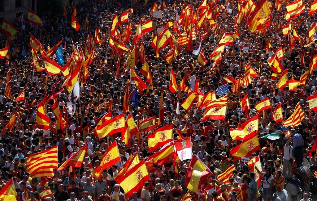 Khung hoang Catalonia: Bua com gia dinh tro thanh chien dia hinh anh 1