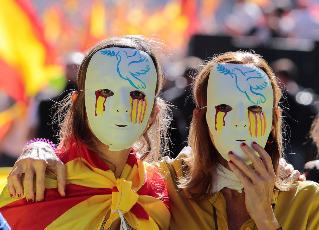 Khung hoang Catalonia: Bua com gia dinh tro thanh chien dia hinh anh 2