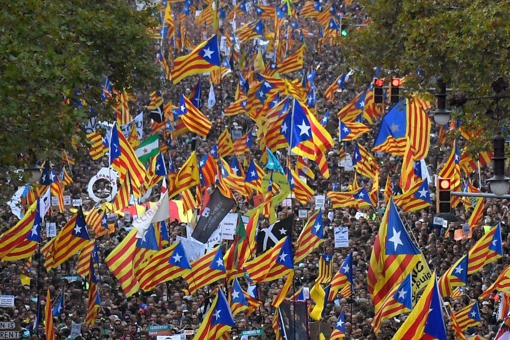 Gan nua trieu nguoi bieu tinh phan doi dinh chi chinh quyen Catalonia hinh anh 1