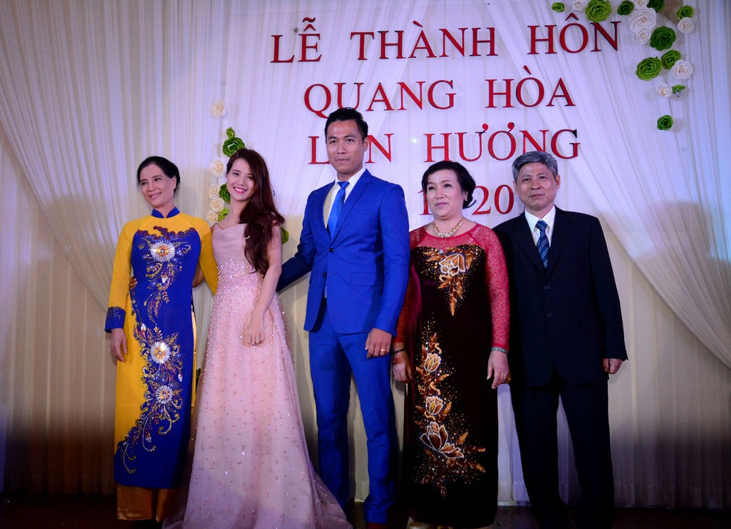 Quang Hoa hat tang vo trong dam cuoi hinh anh 15