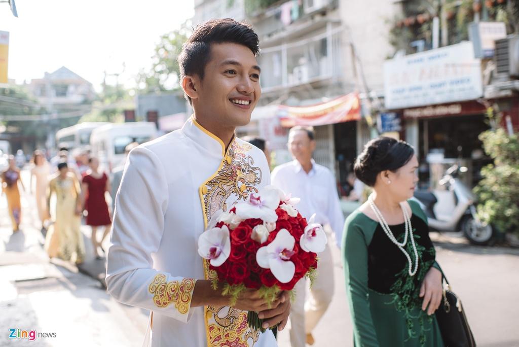 Quang Tuan hon Linh Phi trong le ruoc dau hinh anh 2