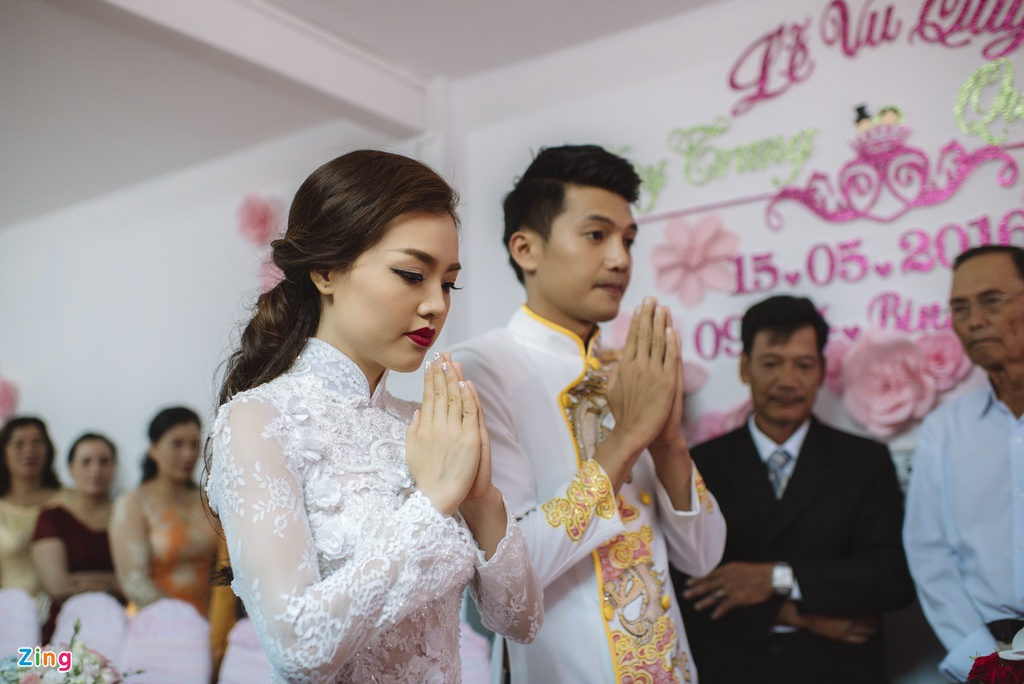 Quang Tuan hon Linh Phi trong le ruoc dau hinh anh 4