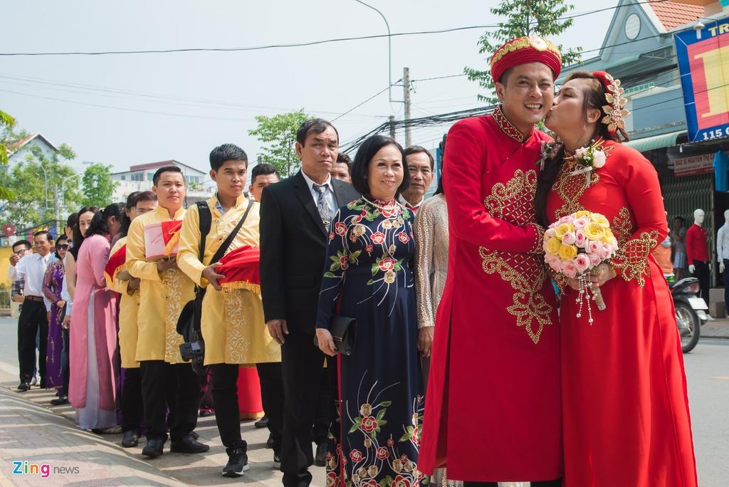Hoang Anh hon vo Viet kieu trong le cuoi o que hinh anh 6