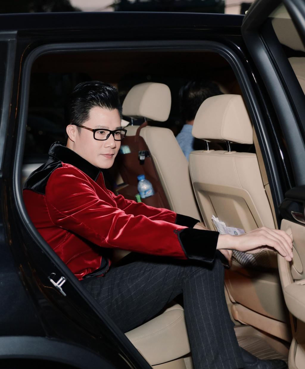 Thanh Thao cham soc Quang Dung truoc mat ban trai hinh anh 1