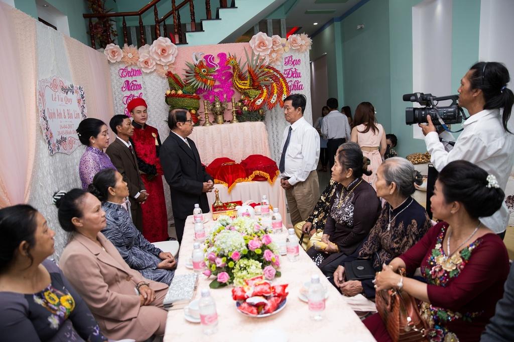 Dien vien hai Le Duong Bao Lam hon vo 9X trong le ruoc dau hinh anh 5