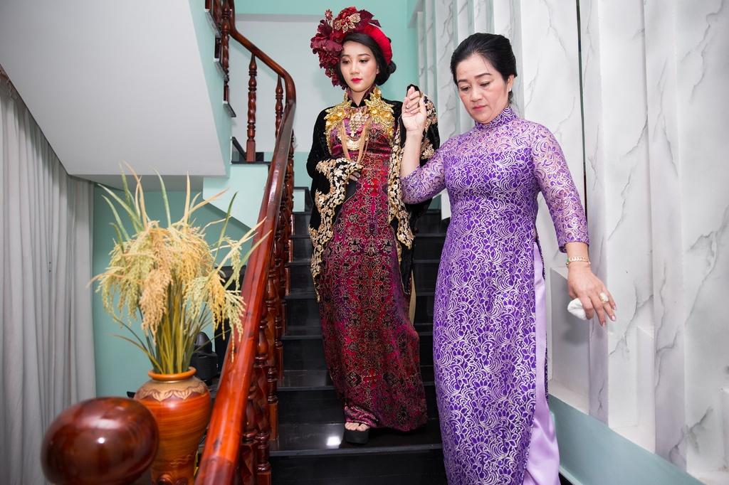Dien vien hai Le Duong Bao Lam hon vo 9X trong le ruoc dau hinh anh 2