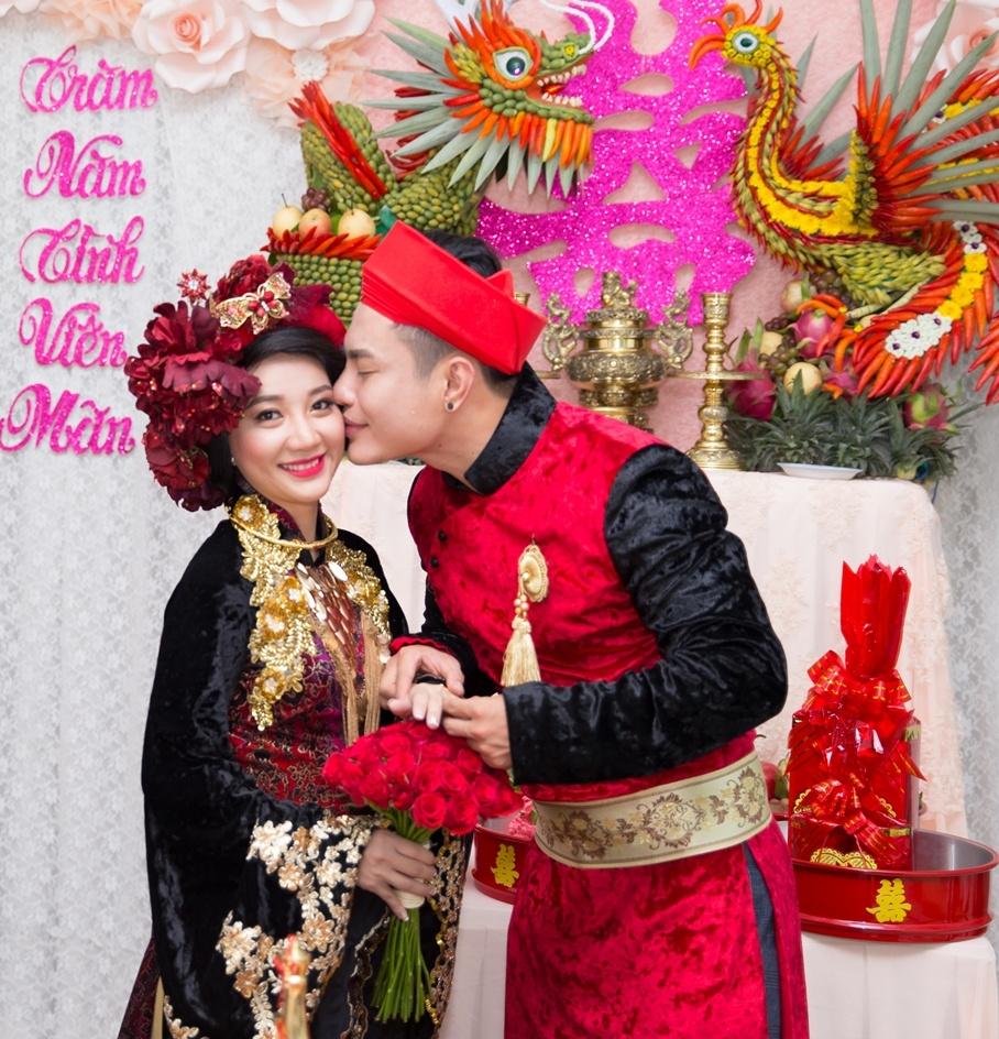 Dien vien hai Le Duong Bao Lam hon vo 9X trong le ruoc dau hinh anh 4