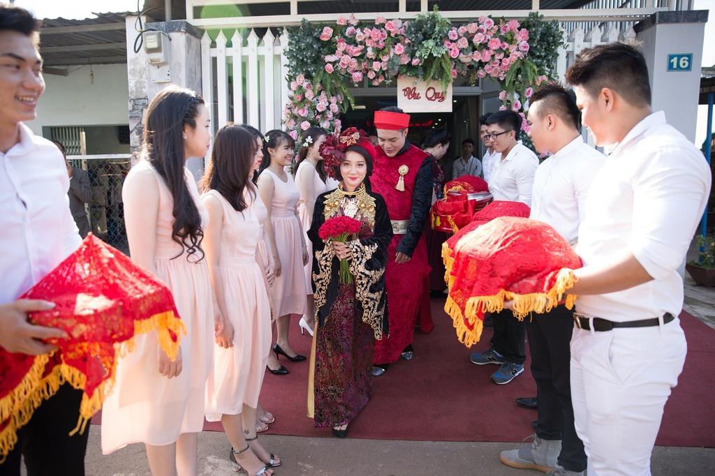 Dien vien hai Le Duong Bao Lam hon vo 9X trong le ruoc dau hinh anh 6