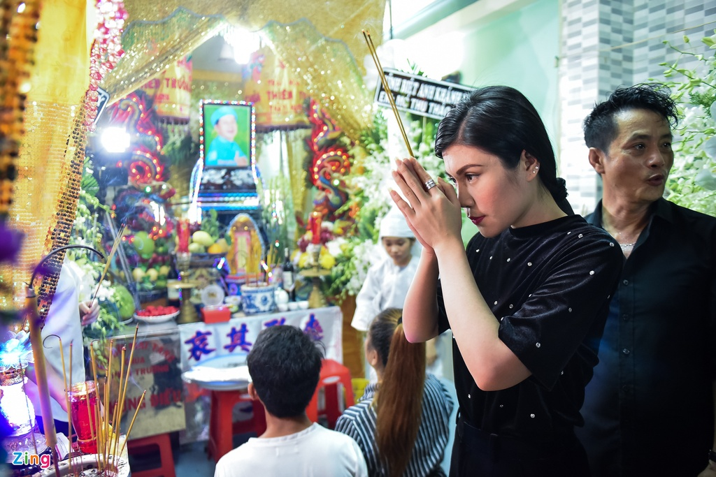 Tran Thanh, Viet Huong buon ba den vieng nghe si Khanh Nam luc khuya hinh anh 11