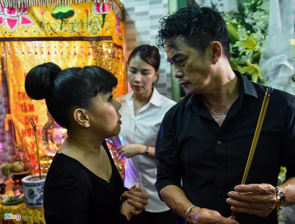 Tran Thanh, Viet Huong buon ba den vieng nghe si Khanh Nam luc khuya hinh anh 4