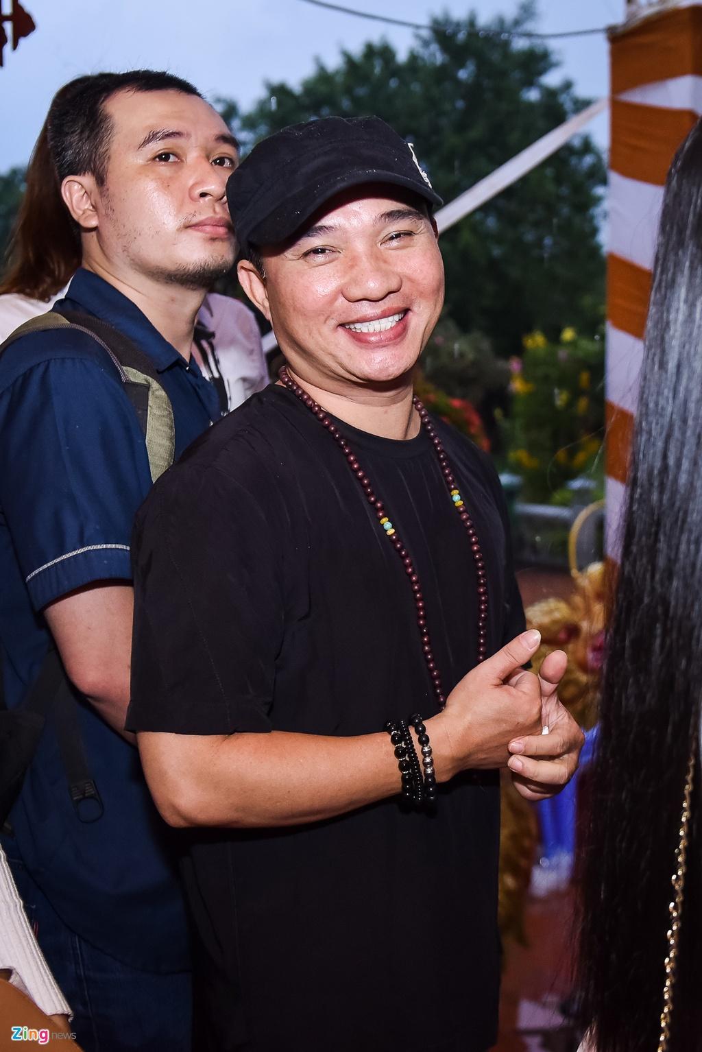Tran Thanh va dan sao Viet tap nap cung To tai den tho cua Hoai Linh hinh anh 11